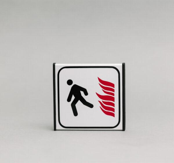 Juodo evakuacinio išėjimo informacinis ženklas, kuris yra 93x93mm išmatavimų