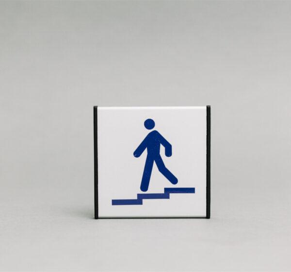 Laiptai žemyn informacinis ženklas kuris yra 93x93mm išmatavimų