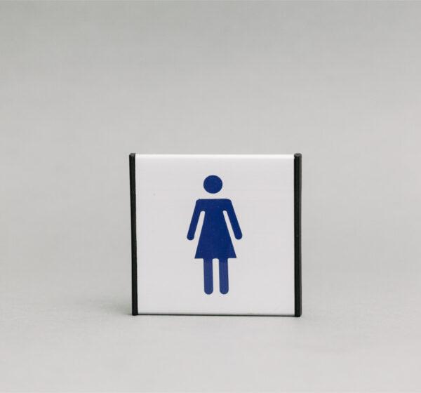 Moterų tualeto informacinis ženklas yra 93x93mm išmatavimo, skirta nurodyti moterų tualetą