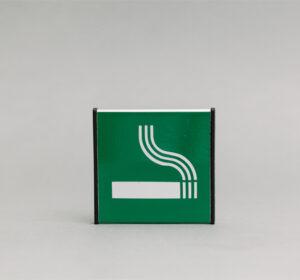 Durų lentelė kuri nurodo rūkymo vietą.