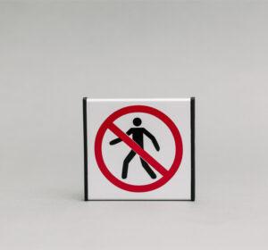 Durų lentelė kuri draudžia praeiti. Lentelė simbolizuoja, kad nėra praėjimo.
