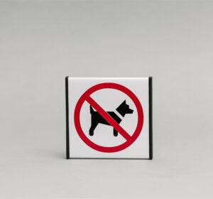 Durų lentelė kuri draudžia vestis naminius gyvūnus.