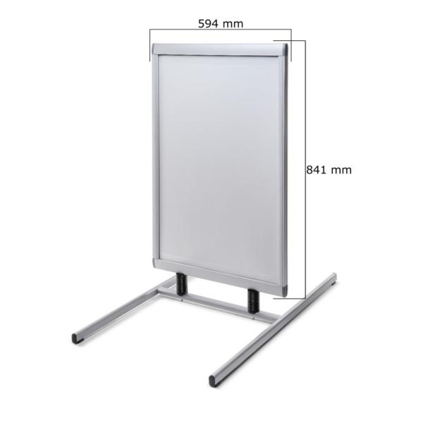 Stendas su metaliniu pagrindu, A1 formato. Rėmai yra pagaminti iš aliuminio. Spyruoklės stiprios, skirtos atlaikyti stiprų vėją.