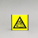 Sprogios medžiagos įspėjamasis ženklas, skirtas nurodyti sprogstamąja medžiagą patalpose.