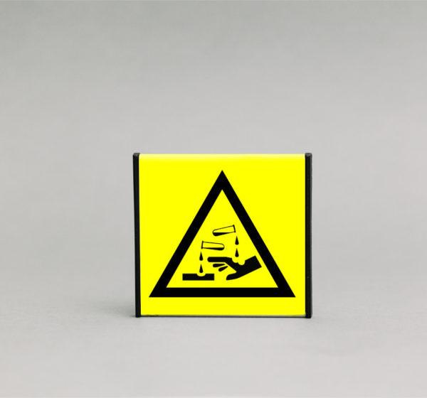 Ardančios medžiagos įspėjamasis ženklas, skirtas įspėti apie pavojingas, ardančias medžiagas.