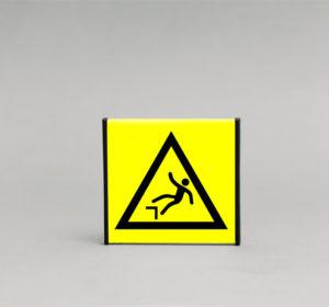 Stataus krašto įspėjamasis ženklas, kurio išmatavimai yra 93x93mm, skirtas įspėti statų kraštą ir pavojų nukristi.