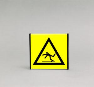 Kliūties įspėjamasis ženklas, kurio išmatavimai yra 93x93mm, skirtas įspėti apie kliūti ir tikimybę pargriūti.